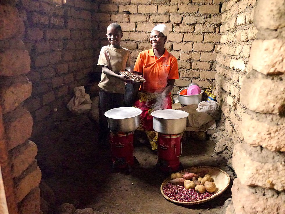 Inyeneryi rural customer cooking w_2 Mimi Moto stoves